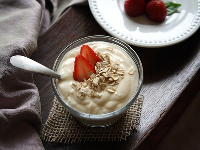 yogurt with oatmeal and strawberries
