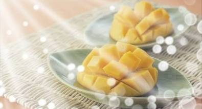 Mango slices on a plate