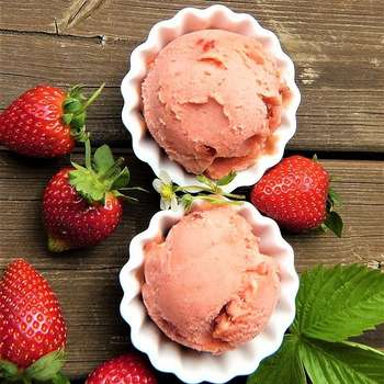 Strawberry ice cream and strawberries